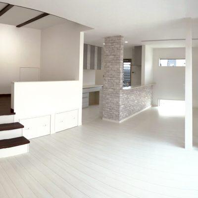スキップフロアのある白いリビングの家